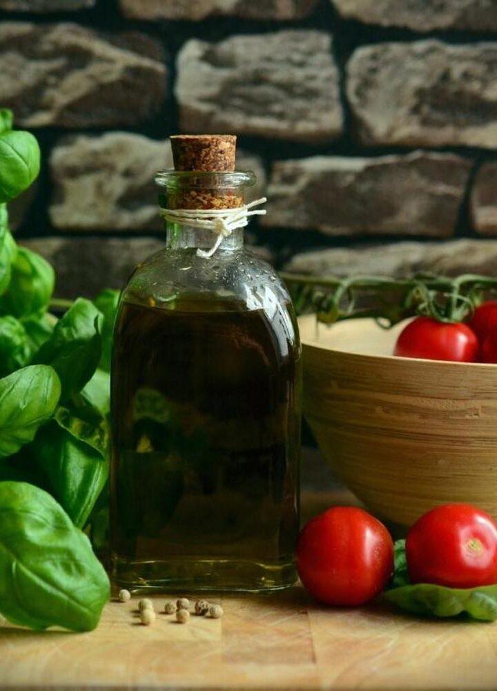 Oliwa z oliwek – dodatek do sałatek i dań na zimno