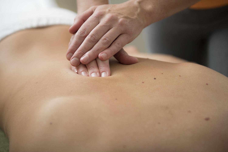 3 popularne rodzaje masażu – klasyczny, gorącymi kamieniami, relaksacyjny