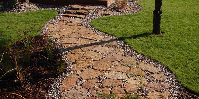 Drogi ogrodowe płytowane z kamienia naturalnego