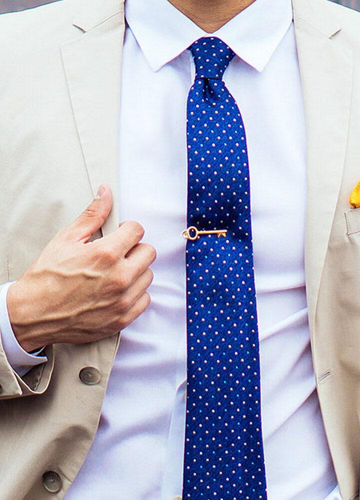 Kolorowe ubrania w męskiej szafie – jak zestawiać kolory?