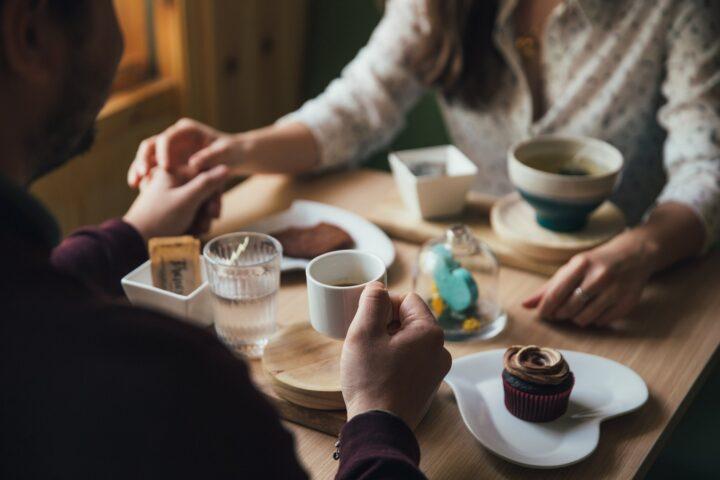 Czego facet NIE powinien robić na pierwszej randce?