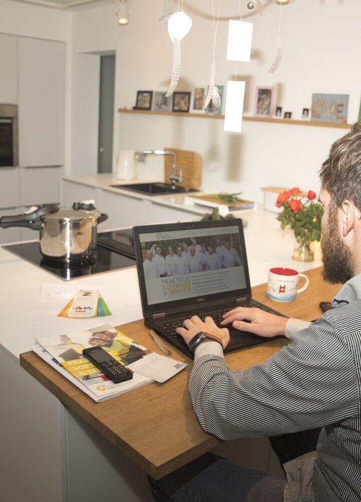 Praca zdalna w domu czy w biurze stacjonarnie? Gdzie lepiej?