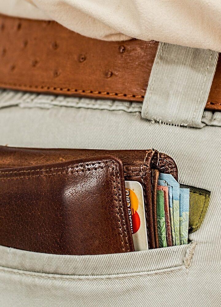 Płacić kartą czy gotówką? Poznaj plusy i minusy obu sposobów i wybierz sam jak chcesz zapłacić!