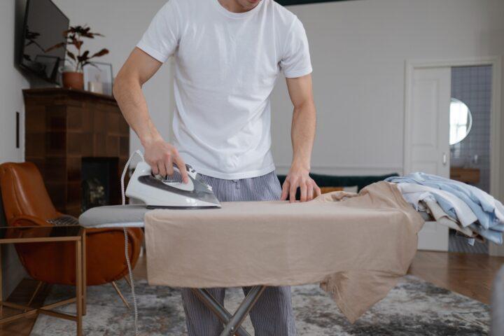 Jak prasować koszulę? Poradnik krok po kroku